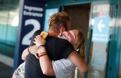 Италианец посреща приятелката си от Германия на летището в Рим, след като ограниченията паднаха. СНИМКА: РОЙТЕРС