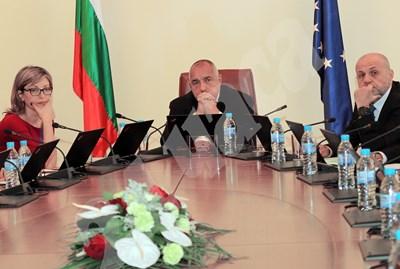 Министърът на външните работи Екатерина Захариева вероятно ще е водач на листата в Пазарджик, вицепремиерът Томислав Дончев - в София и Габрово.