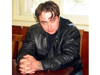 Драгомир Димитров слуша обвинителния акт срещу себе си в залата на районния съд в Разград. Впоследствие магистратите го оправдаха за побоя над пенсионер.  СНИМКА: АВТОРЪТ