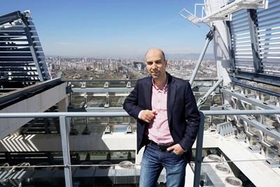 "Арх. Ангел Захариев на покрива на ""Капитал форт""."