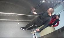Заснеха младежи, вандалствали в болничен асансьор (Видео)