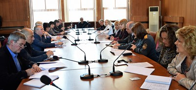 Заседанието на постоянната комисия ръководи областният управител проф. Любомира Попова