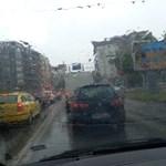 """Дъждът наводни бързо ул.""""Васил Левски""""."""
