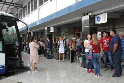 Хората чакат, за да стигнат до столицата, но няма рейсове.
