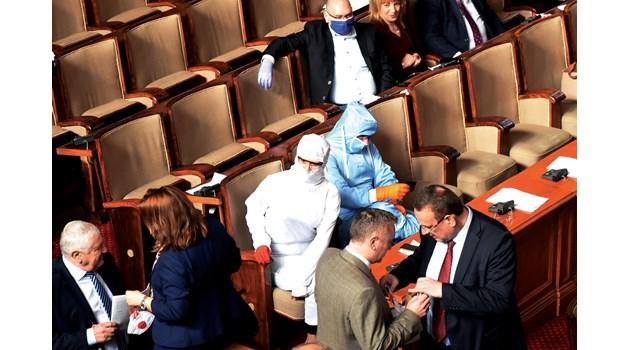 Депутатите вкъщи, за да не газят мерките срещу коронавируса