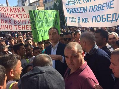 Кметът се опитва да обясни на протестиращите, че първо трябва да си платят водата.Снимки:Елена Фотева