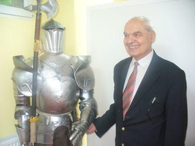 Проф. Евгени Дюкенджиев показва изработена от него рицарска броня - най-древната ортеза, която подпомага движенията на боеца и защитава неговото тяло. СНИМКИ: Ваньо Стоилов