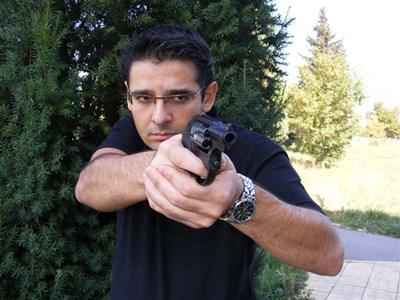 Специалната ръкохватка на малкия револвер Ruger LСR потушава силния откат при изстрел. СНИМКИ: АВТОРЪТ