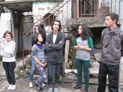 Само третокласничката Лидия (крайната вляво) от всичките пет деца на Жана се усмихва на тази снимка. Останалите - Даяна, Виктория, Александра и Радослав, гледат толкова тъжно, колкото и майка им.  СНИМКА: КАМЕЛИЯ АЛЕКСАНДРОВА
