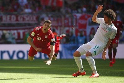 """Защитникът на """"Вердер"""" Милош Великович е фаулирал голмайстора на """"Байерн"""" Роберт Левандовски на стадиона в Мюнхен, където домакините се добраха до труден успех с 1:0. СНИМКА: РОЙТЕРС"""