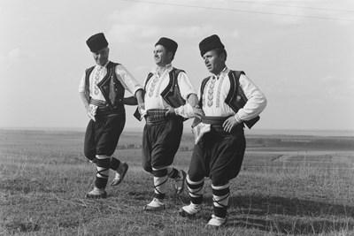 Трима танцьори от село Айдемир, Добруджа, България, 1979 г. СНИМКИ: МАРТИН КЕЙНИГ