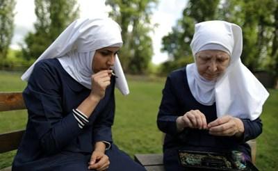 """След производството на силно търсени кремове """"монахините"""" предпочитат да изпушат излишния материал. СНИМКА: РОЙТЕРС"""