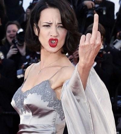 Актрисата  размахва среден пръст на италианците, усъмнили се в ролята  на жертва на продуцента Харви Уайнстийн.        СНИМКА: ИНСТАГРАМ
