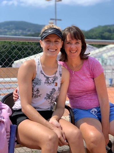 Сексапилната канадска тенисистка Южени Бушар отиде на гости на българската легенда Мануела Малеева в дома й в Швейцария.