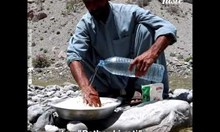 Как в Пакистан пекат хляб с камъни