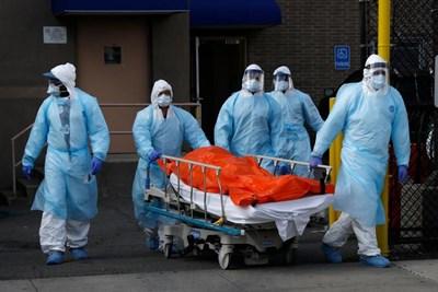 Смъртните случаи в САЩ в резултат на коронавируса надхвърлиха вчера 14 600, предаде Ройтерс