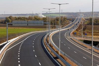"""17 километра от магистрала """"Европа"""" - частта между Сливница и Драгоман, бяха изградени от """"Главболгарстрой"""" с половин година предсрочно и вече са в експлоатация."""