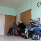 Хора се редят на опашка пред кабинет за издаване на ТЕЛК