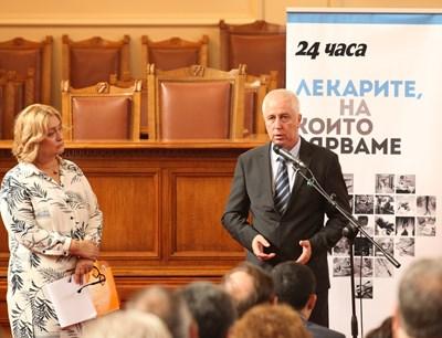 """Издателят на """"24 часа"""" Венелина Гочева съобщава на министър Николай Петров резултатите от допитването сред читателите на вестника за проблемите в здравеопазването, а той отговаря като в блицконтрол какви са намеренията на екипа му по всеки от тях."""