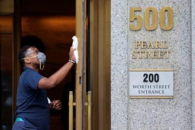 Смъртните случаи от COVID-19 в САЩ вече са над 135 000 СНИМКА: Ройтерс