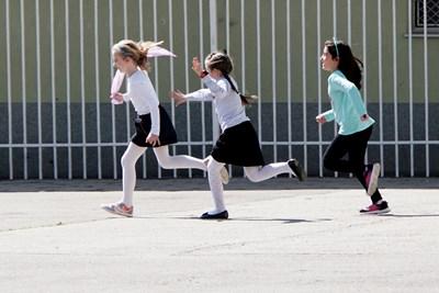 Децата ще спортуват на двора, докато времето го позволява.