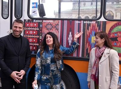 Посланик Херо Мустафа (в средата) и зам.-кметът по транспорта на София Кристиан Кръстев пред тролея галерия