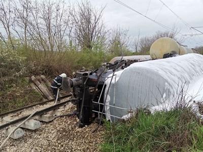 Тази нощ в 01:05 часа е постъпил сигнал за възникнал железопътен инцидент с дерайлирала товарна влакова композиция, превозвала гориво /бензин/, в междугарието Ветово-Сеново в Русенска област, като два от вагоните са се обърнали, съобщиха от МВР-Русе.