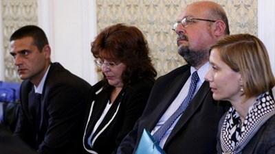 """Елена Костадинчев (вляво) и Станислав Лютов (по средата) твърдят, че действали по указания на БНБ.  СНИМКА: """"24 ЧАСА"""""""
