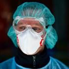Германски медик носи маска в Кьолн в специален център, който прави тестове на полицаи, медицински сестри, пожарникари и други обществени служители. СНИМКА: РОЙТЕРС