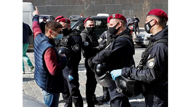 Украинци протестират, искат облекчаване на ограниченията