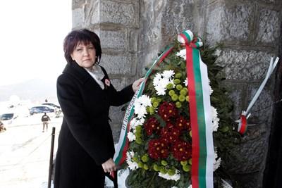 Цвета Караянчева на връх Шипка СНИМКА: Пресцентър на Народното събрание