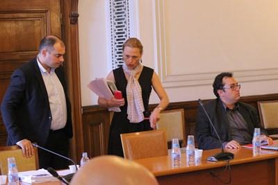 Като шеф на правната дирекция на НС Ива Митева участваше в заседанията на правната комисия. На снимката е с Филип Попов от БСП и Христиан Митев от ОП.