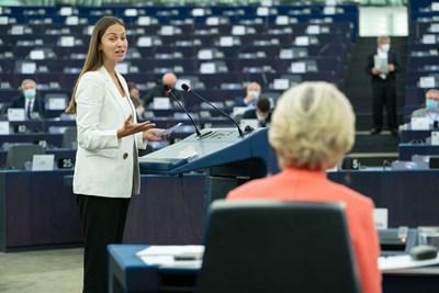 Ева Майдел задава въпрос на Урсула фон дер Лайен в Европарламента в Страсбург