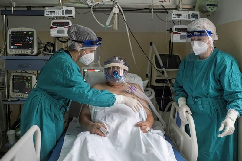 Медици се грижат за болен от коронавирус в болница  в Белград. СНИМКА:  РОЙТЕРС
