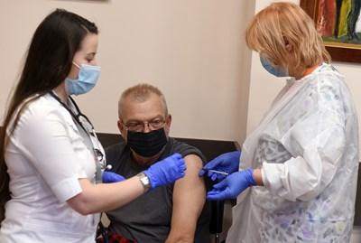 Процесът на ваксинация у нас върви по-бавно, в сравнение с другите европейски страни. СНИМКА: Велислав Николов