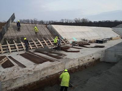 """Според фактурите за сключените договори от """"Монтажи"""" цената за кубик бетон варира между 70 и 105 лв."""