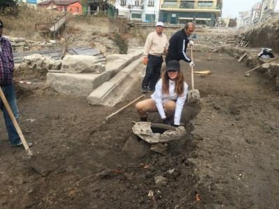 Млада археоложка разкрива глинени питоси на площада. Снимки: Авторът