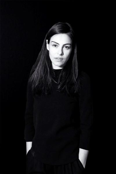 Художничката се преобразява в Париж. Облича се в черно и не слага грим, за да не отвлича вниманието от творбите си. СНИМКИ: ЛИЧЕН АРХИВ
