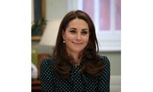 На чай с кралицата? Кейт Мидълтън посети сама Бъкингамския дворец (Видео)
