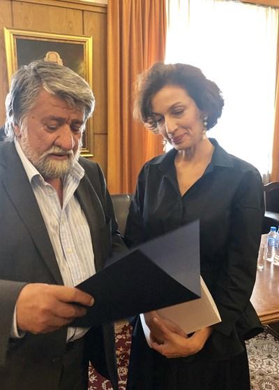Вежди Рашидов  показа на Одри Азуле снимки от великолепната църква. Снимка Комисия по културата и медиите в парламента