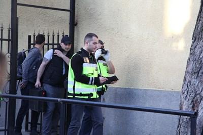 Оперативна група прави оглед на врата, през която осъдените са избягали. СНИМКА: Румяна Тонeва