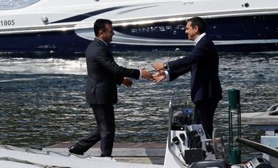 Ципрас посреща Заев в Псарадес. СНИМКА: Ройтерс