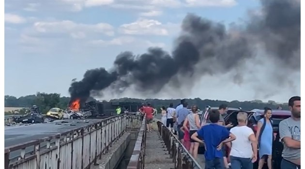 """Шестима са загинали при катастрофата с тир на АМ """"Тракия"""", шофьорът не е открит (видео)"""