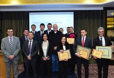 Депутатът Делян Добрев (вторият от ляво на дясно) и шефката на Комисията по финансов надзор Карина Караиванова(до него) получиха награди на фондовата борса за принос в развитието на капиталовия пазар.