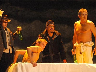 """Чочо Попйорданов (в средата) в ролята на Македонски в постановката на Александър Морфов """"Хъшове"""" на сцената на Народния театър """"Иван Вазов"""". Снимката е от премиерата през 2004 г. СНИМКА: ПИЕР ПЕТРОВ"""