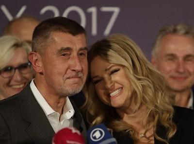 Андрей Бабиш и съпругата му дават пресконференция след победата в Прага.