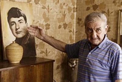 Петър Николов, брат на загиналия войник, пред снимката му в родния им дом във врачанското с. Бъркачево