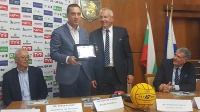 Кметът на Бургас Димитър Николов получава специален плакет от члена на Бюрото на LEN Александър Шостар.