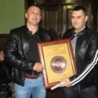 Д-р Красимир Колев (вляво) бе отличен с приз от Областната експертна комисия по животновъдство - Бургас за висопрофесионалната си работа с фермерите
