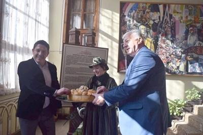 Богомил Грозев и кметът Здравко Димитров опитаха от питата на Старинен Пловдив. Снимки: Авторът